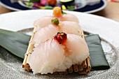 Nigiri-Sushi auf Bambusmatte (Japan)