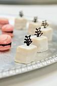 Petit Fours und Macarons