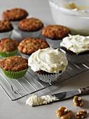 Kleine Hummingbird Cakes mit Zuckerguss