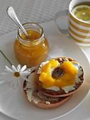 Bagels mit Orangenmarmelade