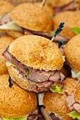 Viele Roastbeef-Sandwiches mit Partyspiesschen