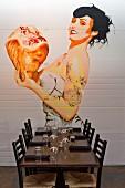 Pin Up Illustration an einer Wand im Restaurant