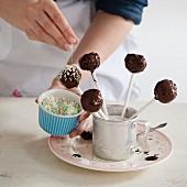 Vegane Cake Pops mit Möhren, Schokoglasur und Zuckerstreusel