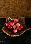 Mehrere rote Äpfel in Holzschale