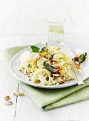 Mandelrisotto mit Blumenkohl, Salbei, Speckwürfeln und Schimmelkäse, Limettenwasser