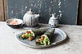 Temaki-Sushi mit Knusperhuhn und Gemüse