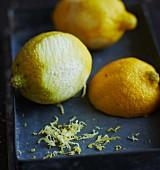 Zitronen mit Abrieb