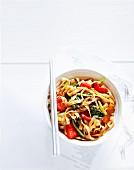Nudeln mit Chili, schwarzer Bohnensauce und Gemüse