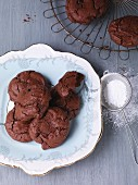 Chocolate and raisin cookies with icing sugar