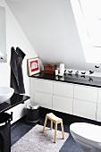 Modernes, weisses Badezimmer mit Einbauschrank unter Dachschräge und Wandtattoos mit Vogelmotiven und schwarzen Accessoires
