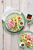 Weisser Spargel mit Ei, Schinken und flüssiger Butter
