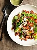 Gemischter Salat mit Avocado, Ei, Tomaten, Speck und Hähnchenbrust