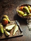 Stillleben mit ganzen & geschnittenen Birnen