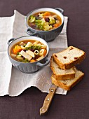 Gemüsesuppe (Karotten, Kartoffeln, Brokkoli, Kidneybohnen) mit Penne und hausgemachtem Brot mit getrockneten Tomaten