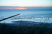 Blick von den Dünen auf die Vitter Bucht in Abenddämmerung, Vorpommersche Boddenlandschaft