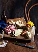 Ploughmans lunch (Kalte Mahlzeit mit Bier und Bierbrot, England)