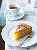 Ein Stück tunesischer Zitronen-Mandel-Kuchen mit Puderzucker