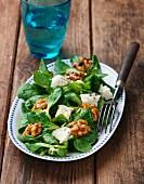 Feldsalat mit Walnüssen und Blauschimmelkäse