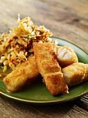 Fischstäbchen mit gebratenem Gemüsereis