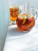 Pimms im Glaskrug und Longdrinkglas
