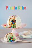 Pinata-Torte (Überraschungstorte) für den Kindergeburtstag