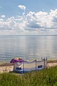 Windschutz auf dem Strand am Palmer Ort auf der Halbinsel Zudar, Rügen