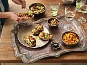 Bruschetta, Snacks und Wein (Indien)