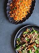 Warmer Tandoori-Pilz-Salat mit Spinat und Kichererbsen, Möhrensalat (Indien)