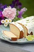 Caipirinhakuchen mit Joghurtglasur und Limettenzesten