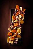 Schokolade mit Trockenobst und Nüssen (Aufsicht)