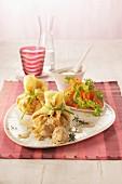 Gefüllte Crepesäckchen mit Salat