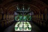 Keller mit Essigflaschen und Essigfässern