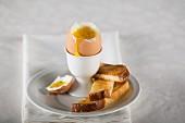 Weichgekochtes Ei im Eierbecher mit Toaststicks