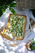 Puff pastry tart with green asparagus, courgettes and ricotta for a picnic