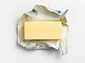 Ausgepackte Butter auf Butterpapier