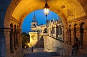 Die Fischerbastei am Abend, errichtet von 1895 bis 1902 im neoromanischen Stil, Budapest, Ungarn