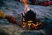 Wasserkocher auf offenem Feuer in einem Lager der Qashqai-Nomanden; Iran, Naher Osten