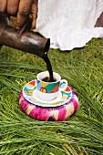 Kaffee einschenken während einer Kaffeezeremonie in Äthiopien, Afrika