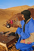 Beduine bei einer Teezeremonie in Tafilalt, Marokko, Nordafrika