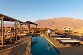 Wolwedans, NamibRand Privatreservat, Namibia, Afrika - Pool der 'Dunes Lodge' Pool im Abendlicht
