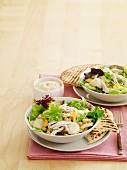 Mango-Hähnchen-Salat mit Curry-Joghurt-Dressing und gegrilltem Pitabrot