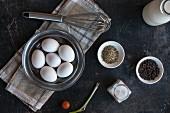 Eier, Gewürze, Frühlingszwiebel, Kirschtomate und Schneebesen