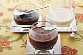 Drei Schokoladenpuddings (Milchschokolade, Bitterschokolade, weisse Schokolade)
