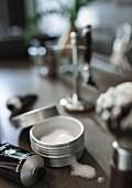 Kosmetikutensilien für den Herrn auf Ablage im Badezimmer