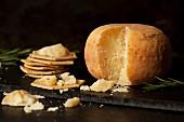 Ein Laib Pecorino mit Crackern und Rosmarin