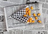 Fischförmiges Salzgebäck in Papiertüten auf Zeitung