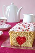 Biskuitkuchen mit rotem Herz zum Valentinstag