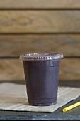 Smoothie mit Kokoswasser, Hibiskustee, Acaibeere, Erdbeeren, Heidelbeeren, B12, Banane, Hanfsamen