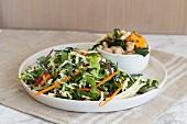 Frühlingssalat mit Karotten, Zucchini, Rotkohl und Leinsamen-Vinaigrette