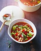 Rote Tomatenbouillon mit Zucchini, Paprika und Kichererbsen
